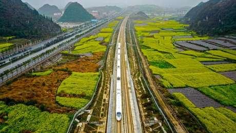 A antiga Rota da Seda uniu comercial e culturalmente o Oriente ao Ocidente há dois mil anos. A China quer revivê-la com projetos como este do trem de alta velocidade na cidade chinesa de Anshun, na província de Guizhou