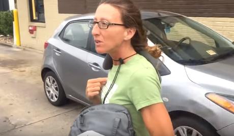 'Mendiga' pide dinero en calles, minutos después es sorprendida en camioneta