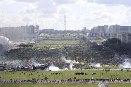 Manifestantes foram impedidos de chegar à Praça dos Três Poderes, onde fica o prédio do STF