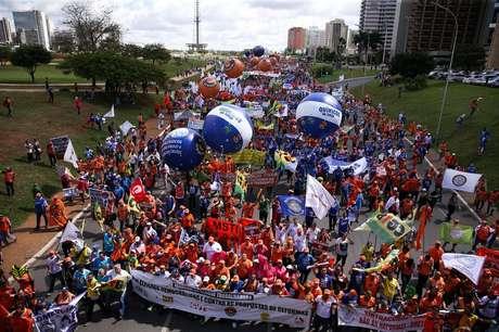 Manifestantes protestam contra as reformas da Previdência, trabalhista, e por eleições diretas.