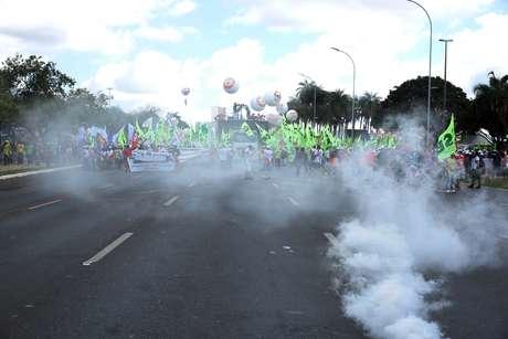 Manifestantes e policiais se enfrentam em protesto na Esplanada
