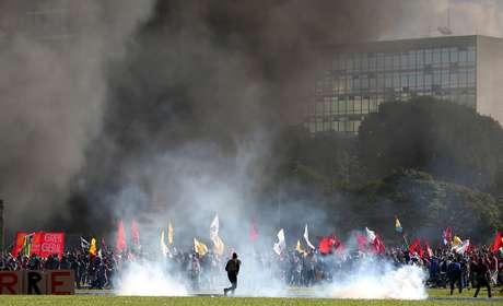 Os policiais lançaram bombas de efeito moral para dispersar os manifestantes que tentavam descer em direção ao gramado em frente ao Congresso