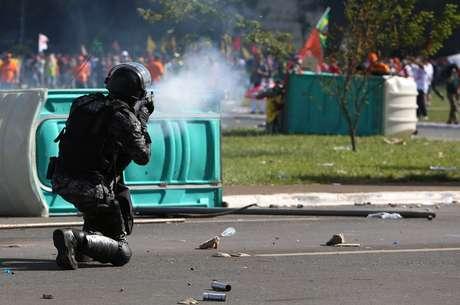 Protesto contra o presidente Temer acabou em vandalismo e confronto em Brasília.