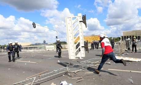 Do outro lado da Esplanada, um manifestante quebrou a vidraça do comitê de imprensa do Ministério da Fazenda.