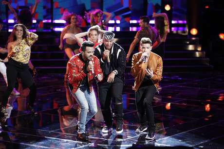 Luis Fonsi y Daddy Yankee con Mark Isaiah en final de 'The Voice' 2017.