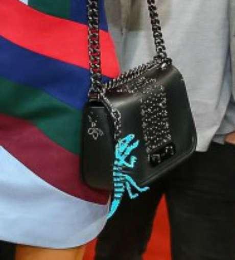 Detalhe da bolsa e chaveiro da Coach: R$ 3 mil