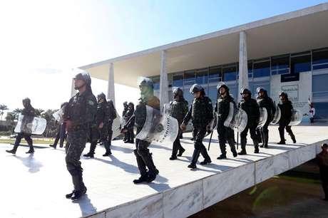 Segurança havia sido reforçada ontem por soldados do Exército no Palácio do Planalto.