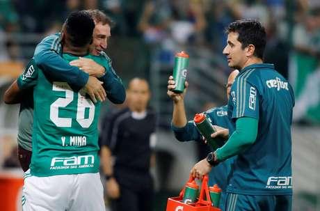 Mina é abraçado por Cuca após abrir o placar de mais uma vitória palmeirense