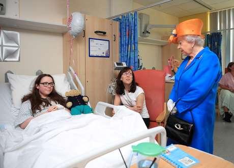Isabel II visita menores feridos no ataque de Manchester