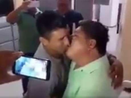 Líder transportista cambia besos por concesiones en Oaxaca