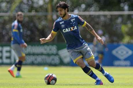 Volante vai reencontrar seu ex-clube e alerta para as dificuldades de jogar na Vila (Foto: Reprodução/Cruzeiro)