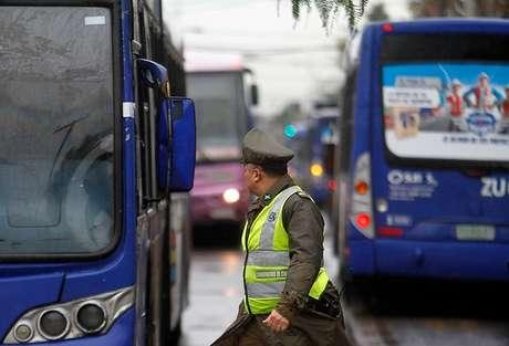 Encapuchados incendian bus del Transantiago en Estación Central