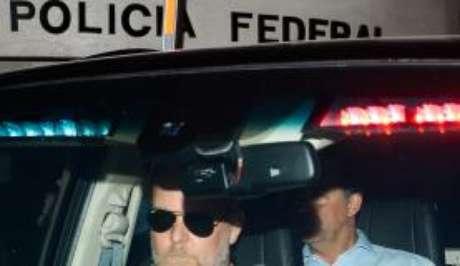 Cabral sendo levado pela Polícia Federal após prisão na Operação Calicute
