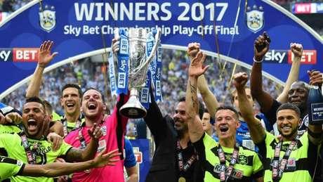 Jogadores comemoram o acesso do Huddersfield Town (Foto: Glyn Kirk / AFP)
