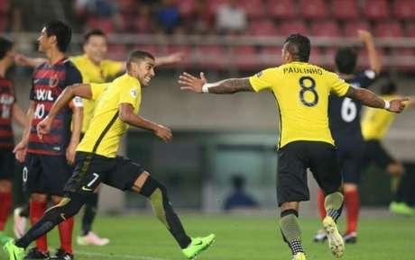 Paulinho comemora com Alan o seu gol (Foto: Reprodução /  Instagram Oficial do Guangzhou)