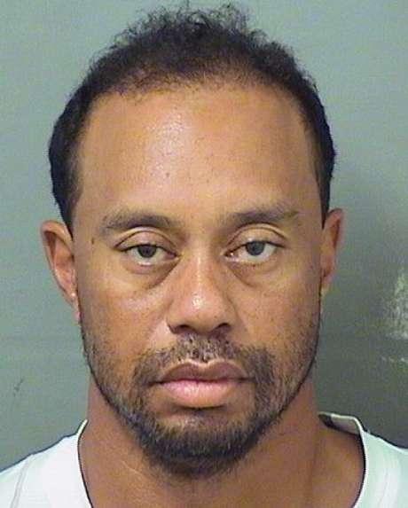La imagen proporcionada por la oficina del jefe policial del condado Palm Beach el lunes 29 de mayo de 2017 muestra a Tiger Woods al momento de ser fichado. La policía de Florida indicó que Woods fue arrestado el lunes por conducir bajo la bajo la influencia de una sustancia controlada.