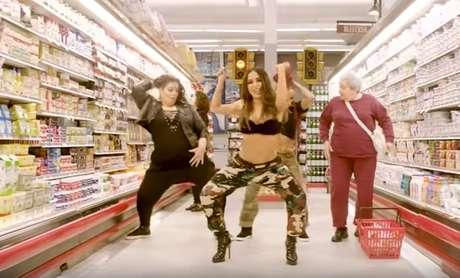 Cena do clipe 'Paradinha', de Anitta, com calça camuflada no supermercado