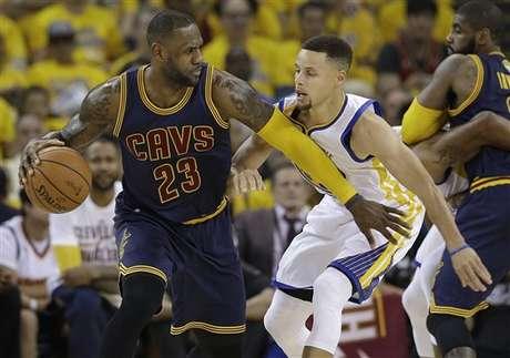 Durant y Warriors aplastan a Cavaliers en inicio de playoffs NBA