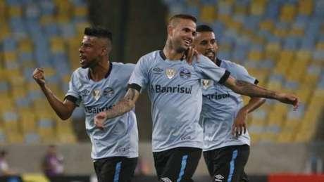 Luan abriu o caminho da vitória do Grêmio no Maracanã com um golaço (Foto: Reginaldo Pimenta / Raw Image)