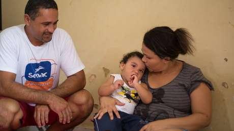 """João Miguel com os pais: """"Primeiro a médica me deu um susto, disse que João talvez não fosse andar, talvez não fosse falar. Até porque era novo para ela também"""", diz Rosileide."""