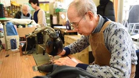Japonês idoso trabalha em confecção. Expectativa de vida da população que nasce hoje será de 107 anos.