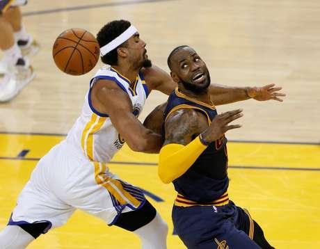 LeBron James conseguiu um duplo-duplo antes do intervalo e terminou a partida com 28 pontos e 15 rebotes.
