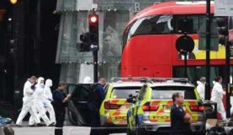 Polícia britânica e equipes forenses trabalham na região do Borough Market, mercado atingido por múltiplos ataques em 3 de junho de 2017
