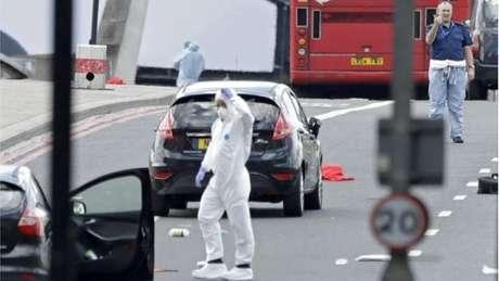 Policiais na cena do ataque em Londres