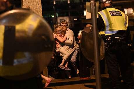 Policiais conduzem pessoas a local seguro após ataque em Londres