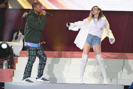 Pharrell Williams e Milley Cyrus em show pelas vítimas de Manchester