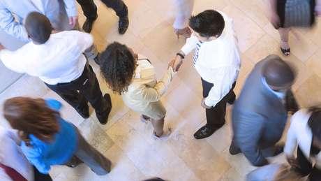 Pessoas em um lobby