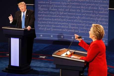 Hillary Clinton e Donald Trump durante debate da campanha presidencial em 2016
