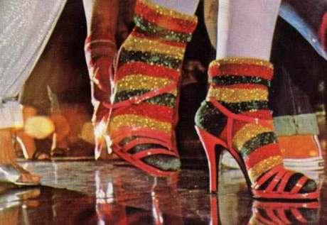 """Meia de lurex e sandália, na abertura da novela """"Dancing Days"""""""
