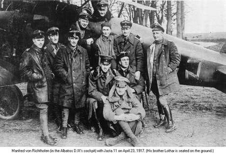 Os irmãos Richthofen, Manfred e Lothar com a esquadrilha Jasta 11, 1917
