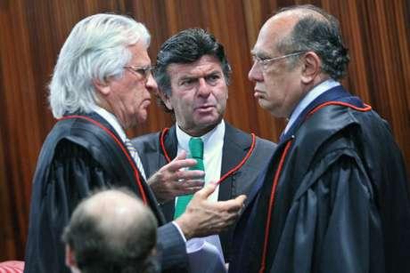 Ministros Napoleão Nunes Maia Filho, Luiz Fux e Gilmar Mendes, durante sessão plenária do TSE para julgamento da Aije 194358.