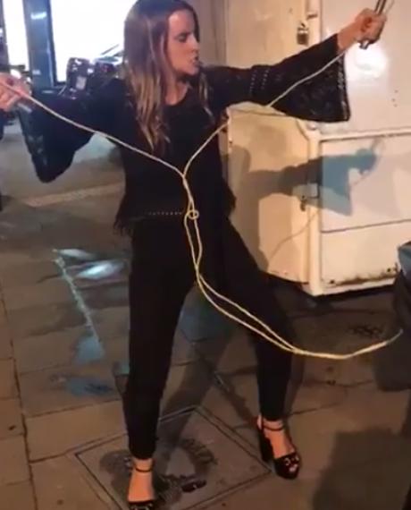 Mujer ebria pide que le den descargas eléctricas, la llaman LadyToques