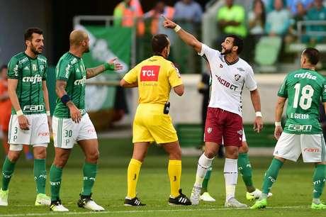 Felipe Melo discutiu com Henrique Dourado por causa da comemoração do atacante do Flu após gol marcado