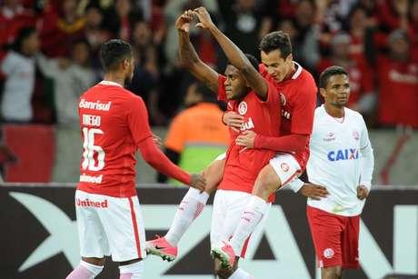 Marcelo Cirino comemora seu gol, o quarto do Inter na vitória sobre o Náutico, no Beira-rio