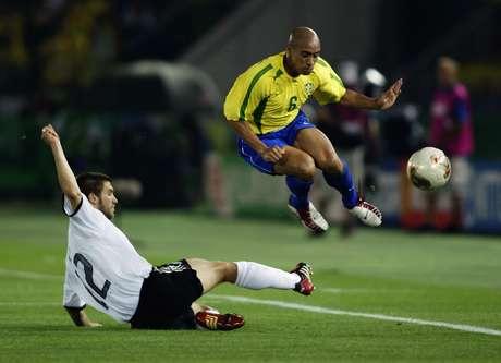 Roberto Carlos em lance da final Brasil x Alemanha, na Copa do Mundo de 2002, no Japão