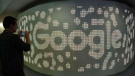 Homem fotografa logomarca do Google
