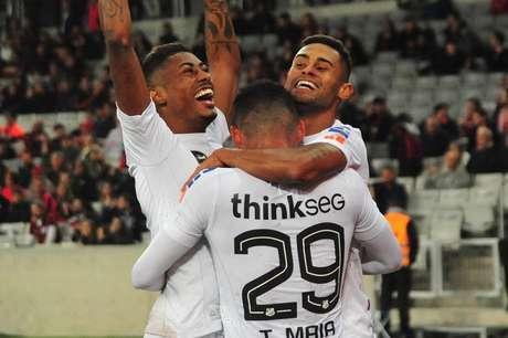 Kayke comemora um dos dois gols que marcou na vitória do Santos sobre o Atlético-PR, em Curitiba