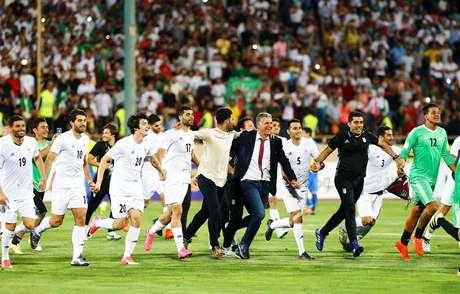 Jogadores e comissão técnica do Irã comemoram classificação para a Copa