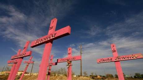 Cruzes marcando o local em que os corpos de oito mulheres, encontrados em 2001