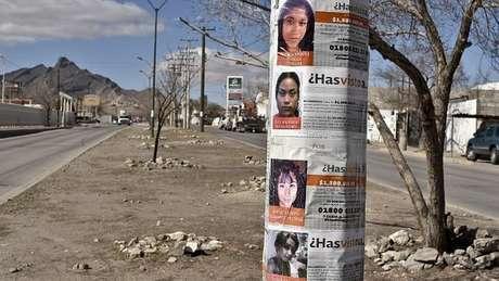 Cartazes com fotos de mulheres desaparecidas