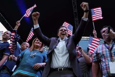O governador de Porto Rico, Ricardo Rosselló (ao centro), e a representante sem direito a voto da ilha na Câmara de Representantes em Washington, Jenniffer González (a terceira à esquerda), comemoram o resultado do referendo para que a ilha se torne um estado norte-americano