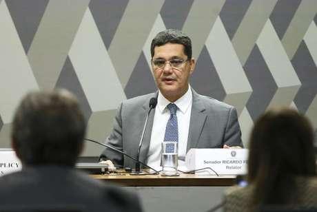 O senador Ricardo Ferraço faz a leitura do relatório sobre a proposta de reforma trabalhista na Comissão de Assuntos Sociais do Senado