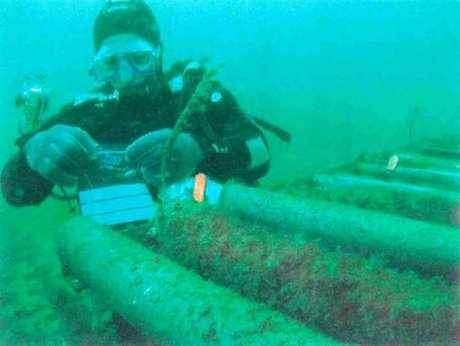 Os cabos são instalados no fundo do mar, mas os reparos são feitos a bordo de navios especiais e com ajuda de robôs