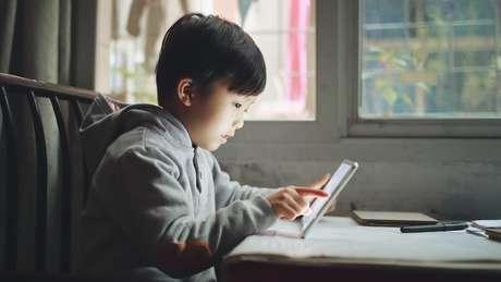 Menino asiático com tablet