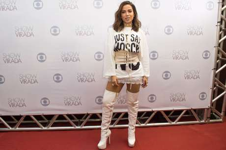 Anitta com bota over the knee