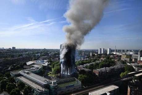 O edifício Grenfell Tower em Londres pegou fogo durante a madrugada desta quarta-feira